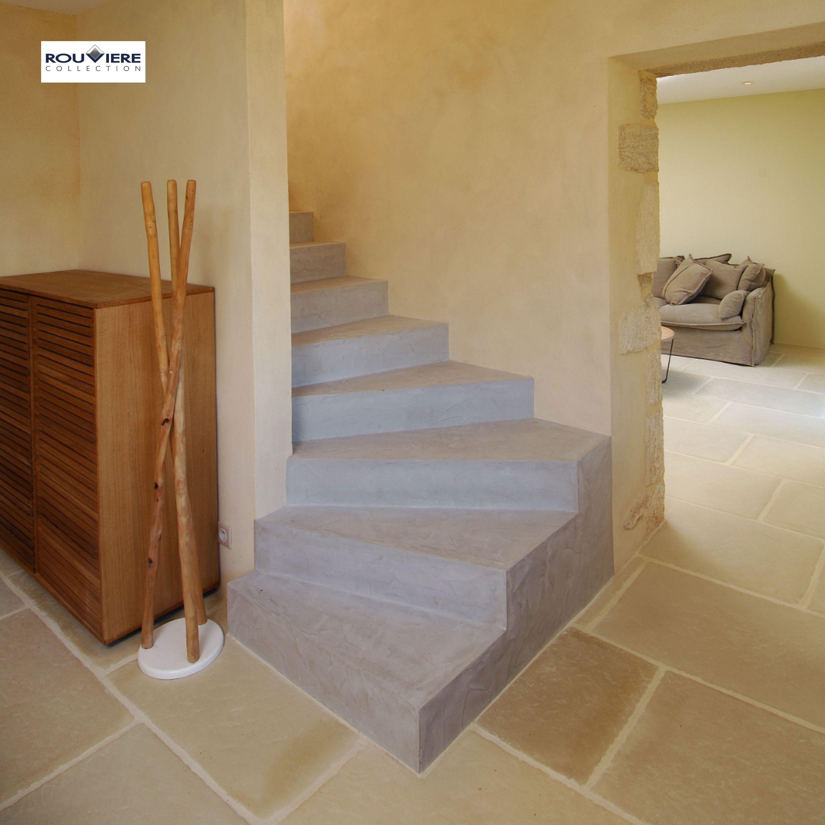 Modernisez Vos Escaliers Avec Un Revetement Enduit Beton Cire En 2020 Escalier Tournant Escalier Beton Cire