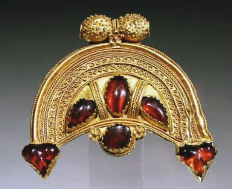 2 LUNATE GARNET AND GOLD PENDANTNabataeanHellenistic
