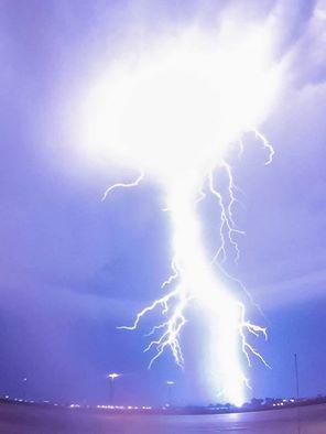 Poderoso rayo Captado el 16 de Octubre en Newcastle, Oklahoma, Estados Unidos. Foto: David Brookshier