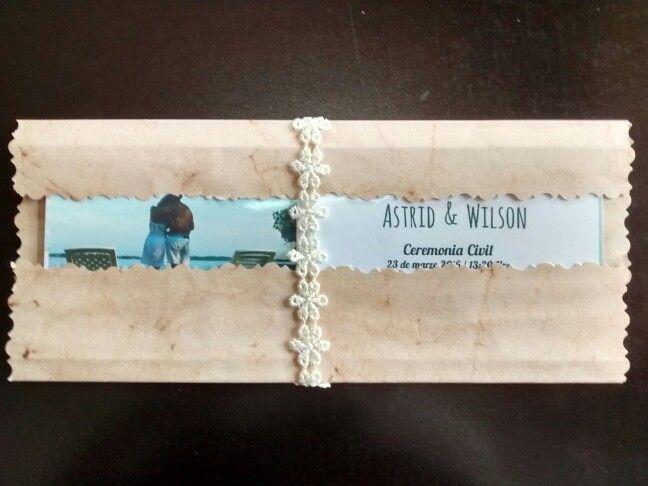Para una boda civil, con esta tarjeta van a quedar como unos principes. Una foto vale más que mil letras!  Envoltura de papel de caña de azúcar con cinta tejida. Lo amo.
