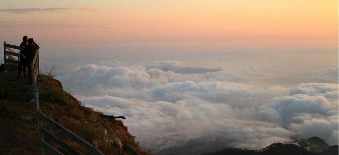 San Sebastián del Oeste es uno de los pueblos mineros más hermosos de México, y en la cima de su cerro La Bufa, la neblina se despliega hermosa y libre.