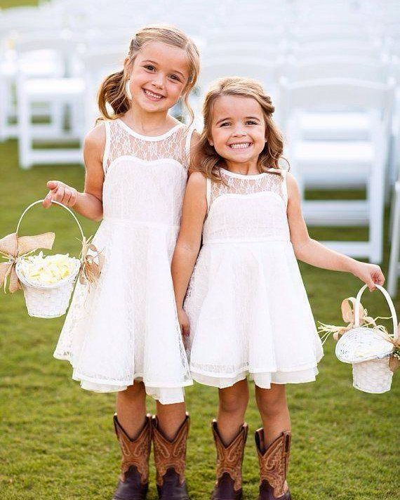 Ai que fofura! Lindas e românticas de vestidinho e bota! E você noiva curte vestido com bota?