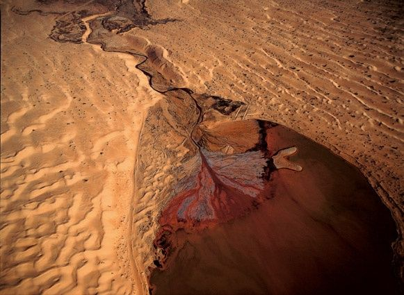 Delta et rivière de pétrole dans le désert