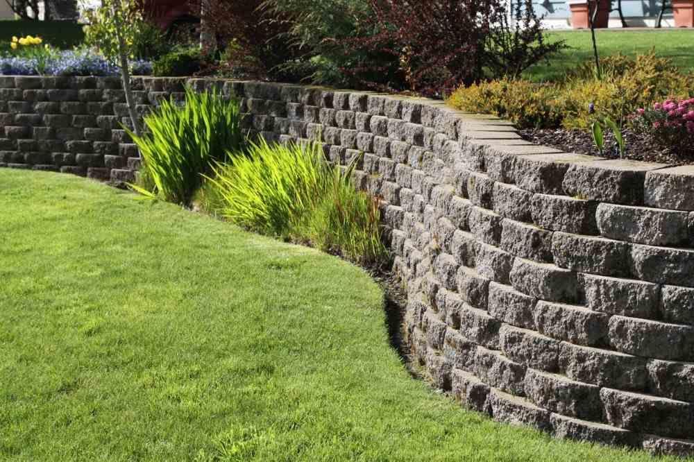Hang Abfangen Mit Stutzmauern Oder Passendem Landschaftsbau Im Hof In 2020 Landschaftsbau Landschaftsdesign Garten