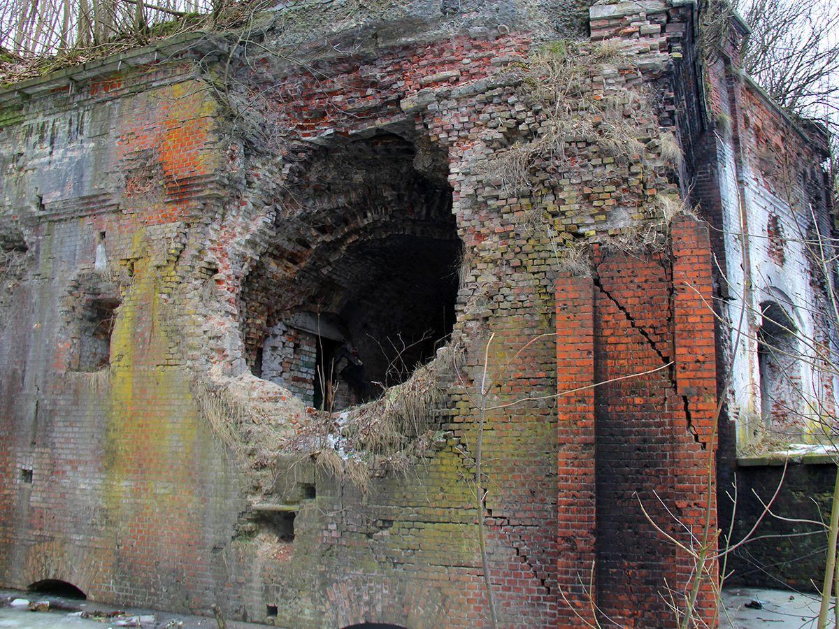 Пробой в стенах форта