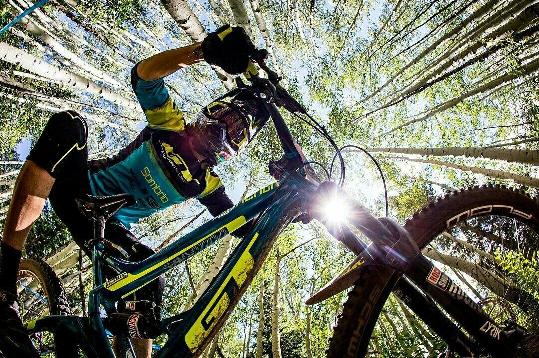Pin By Jade Donato On Vida Sobre Rodas Mountain Bike Action Mtb