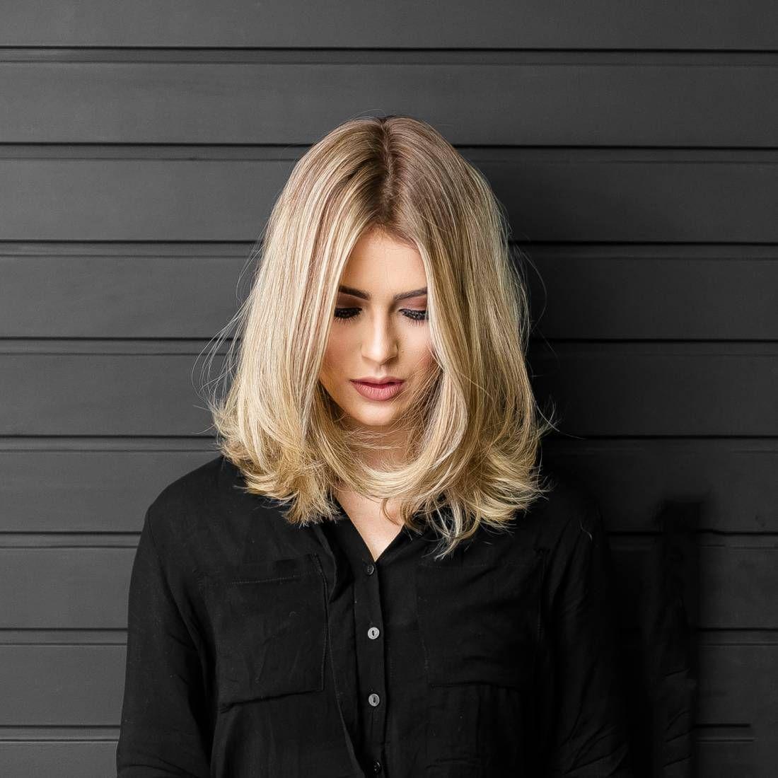 Вашу проблему помогут решить правильно подобранные модные стрижки на средние волосы – новинки, увеличивающие объем, придают женственность и чувственность, легкость и элегантность: каскад (двойной, градуированный, рваный) средняя длина волос прекрасно смотрится на женщинах разного возраста.