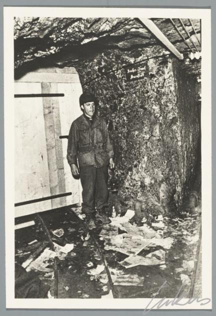 """De ingang van de kamer """"König Josef"""". Aan het begin van de Tweede Wereldoorlog werden de panelen van het retabel van het Lam Gods vanuit Gent per vrachtwagen naar de Franse stad Pau overgebracht. Na 9 reisdagen kwam het werk er aan op 26 mei 1940. Ruim twee jaar konden de panelen er uit de handen van de Duitse bezetter blijven. Maar, op 3 augustus 1942 roofden de Duitsers de panelen en brachten ze over naar het Beierse slot Neuschwanstein om tenslotte in 1944 te belanden in de ..."""