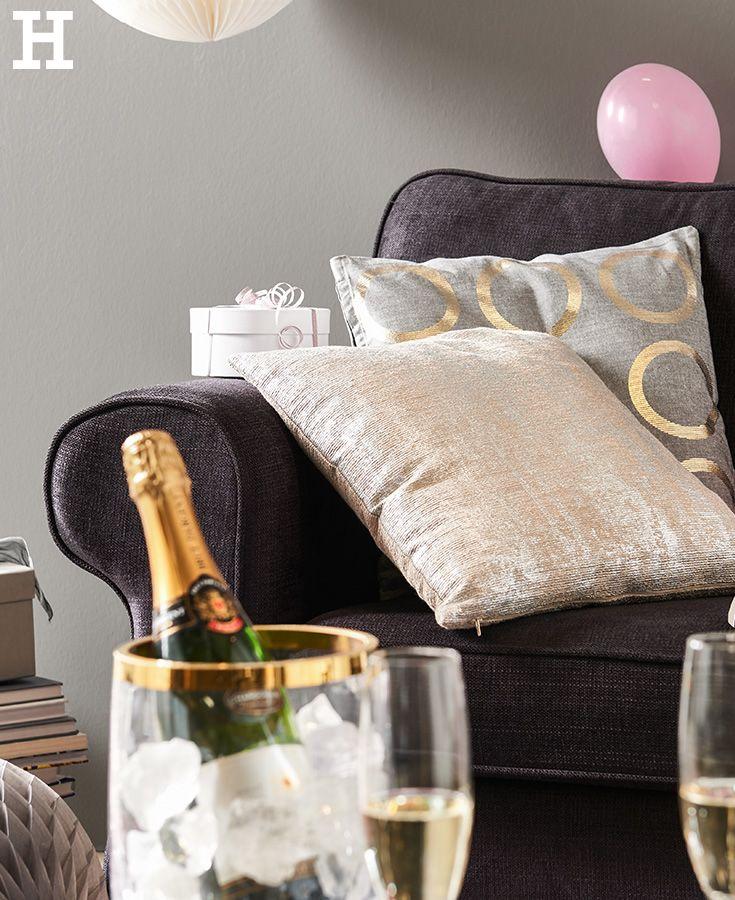 Akzente In Gold Verwandeln Das Wohnzimmer In Eine Party Location Silvester Neujahr Idee Deko Gold Schimmer Einrichten P Silvester Silvester Essen Idee