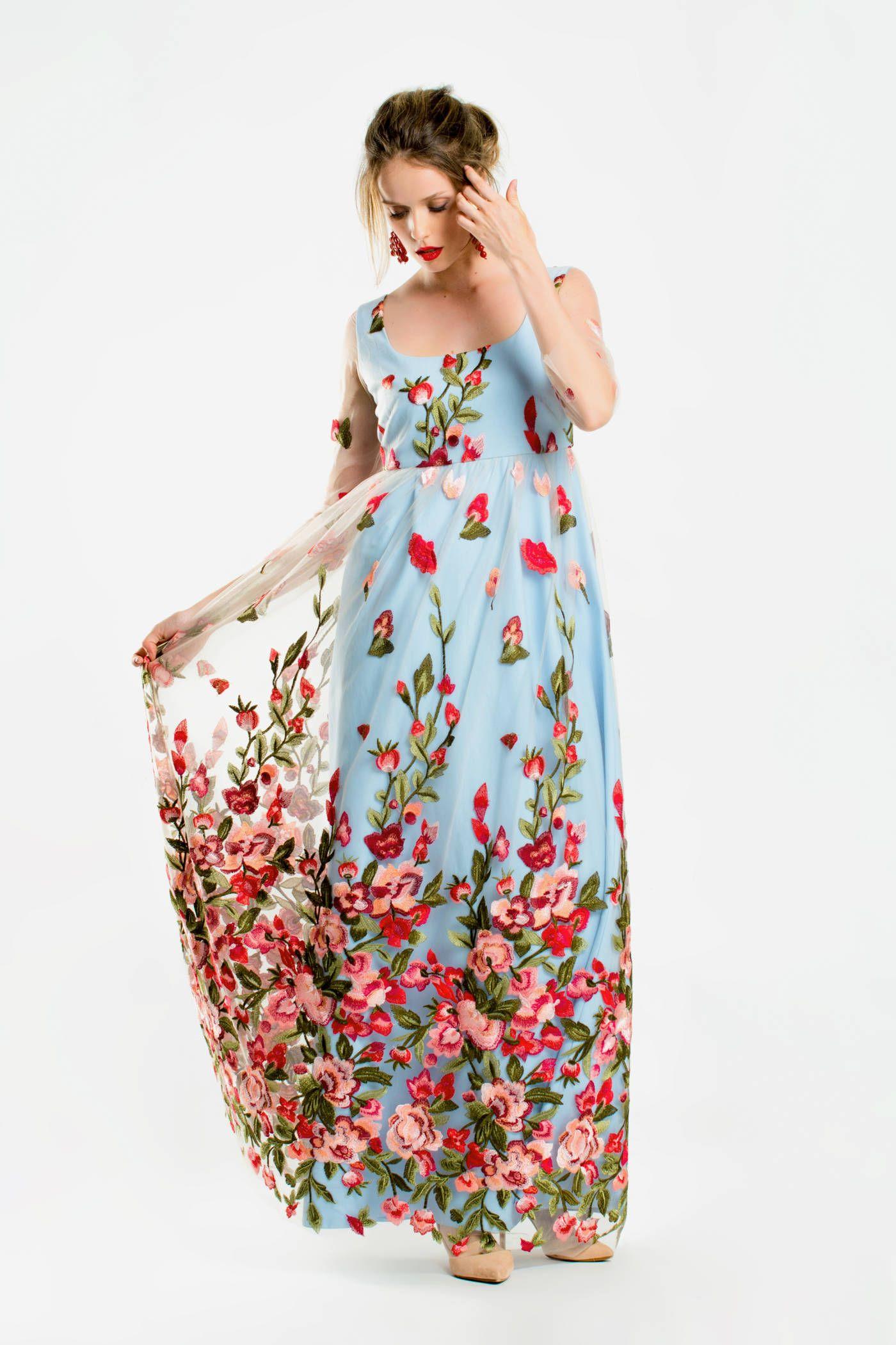6511c4ab6 Vestido largo de tul bordado con flores a modo de sobrevestido ...
