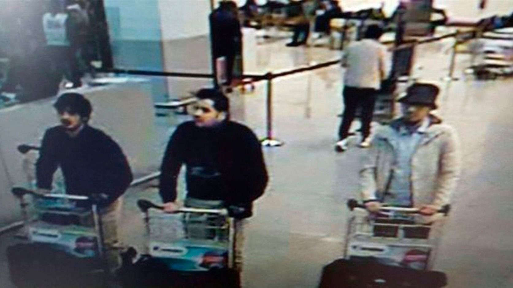 Brüsszel, 2016. március 22. A belga rendőrség által közreadott, a biztonsági kamera felvételéről készített kép, amelyen három gyanúsított látható a brüsszeli Zaventem nemzetközi repülőtéren 2016. március 22-én, mielőtt két pokogép robban a légi kikötőben. A belga fővárosban az európai uniós intézmények közelében lévő metróállomáson is robbantásos merényletet hajtottak végre feltehetőleg az Iszlám Állam dzsihadista szervezet terroristái. A merényletek következtében legalább harmincnégy ember…