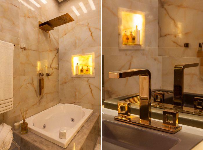 Banheiro decorado com pedra e porcelanato ônix + cor fendi e metais dourado r -> Banheiro Decorado Pedras