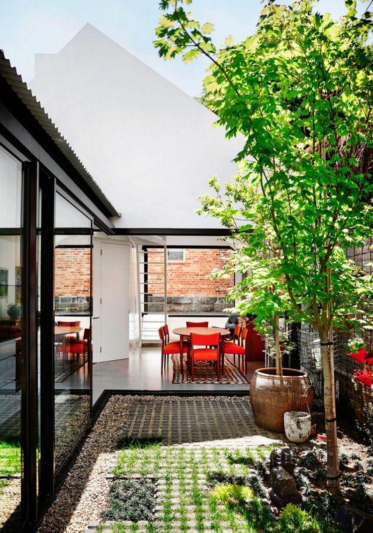 Hauserweiterung durch Anbau mit Innenhof an einem Haus in Australien ...