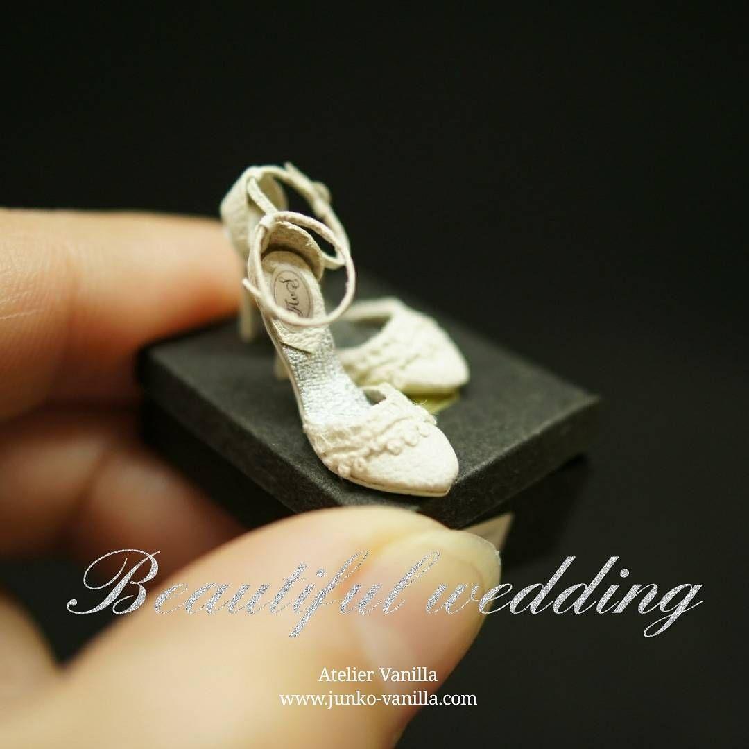 1:12 scale miniature shoes. ・ 作っている時は全く意識していなかったんですが、靴って白いとウェディングシューズっぽくなるんですね~💒 ・ ・ #miniature #miniatures #dollhouse #miniatureart #handmade #instagramjapan #instagram #ateliervanilla #ateliervanillaminiatures #ミニチュア #ドールハウス #ハンドメイド #模型 #shoes #leather #leathercraft #highheels #ハイヒール #靴 #レザークラフト #ウェディング #ウェディングシューズ #wedding