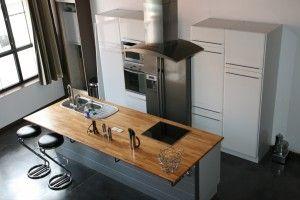 ilot central de cuisine avec vier et table de cuisson