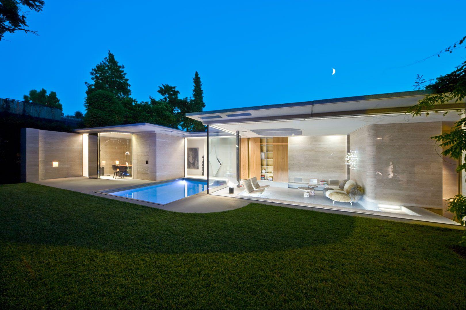 De transparante toevoeging aan het huis is met maximaal glas is een