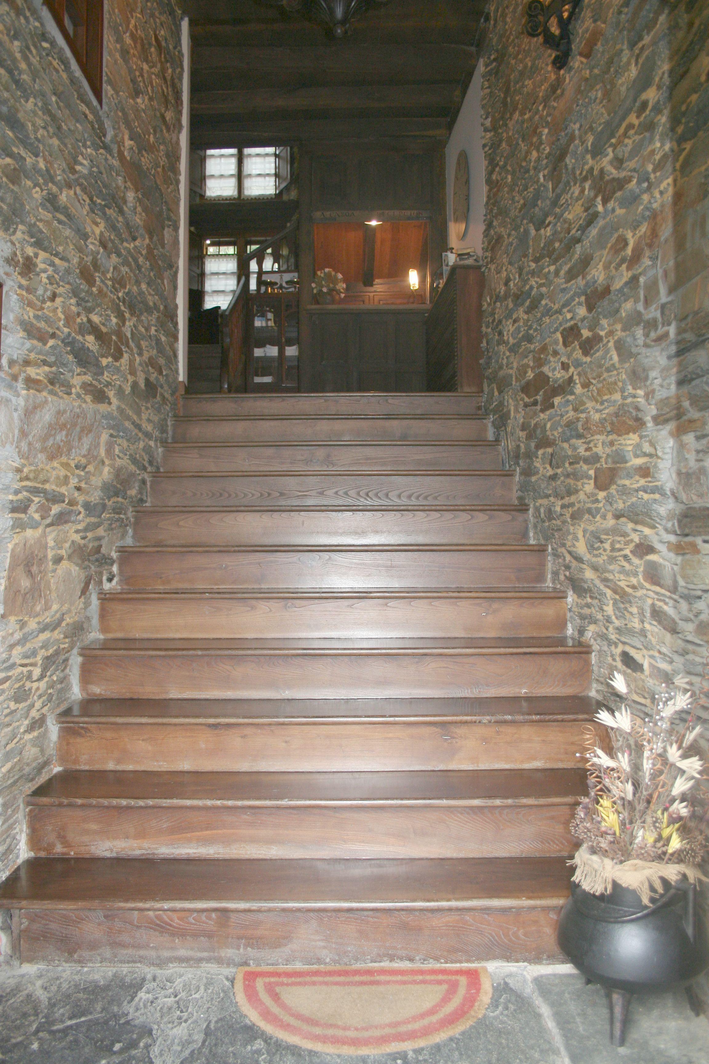 escalera entrada www.acasoa.com (escalera original realizada con tableros enteros de madera de castaño)
