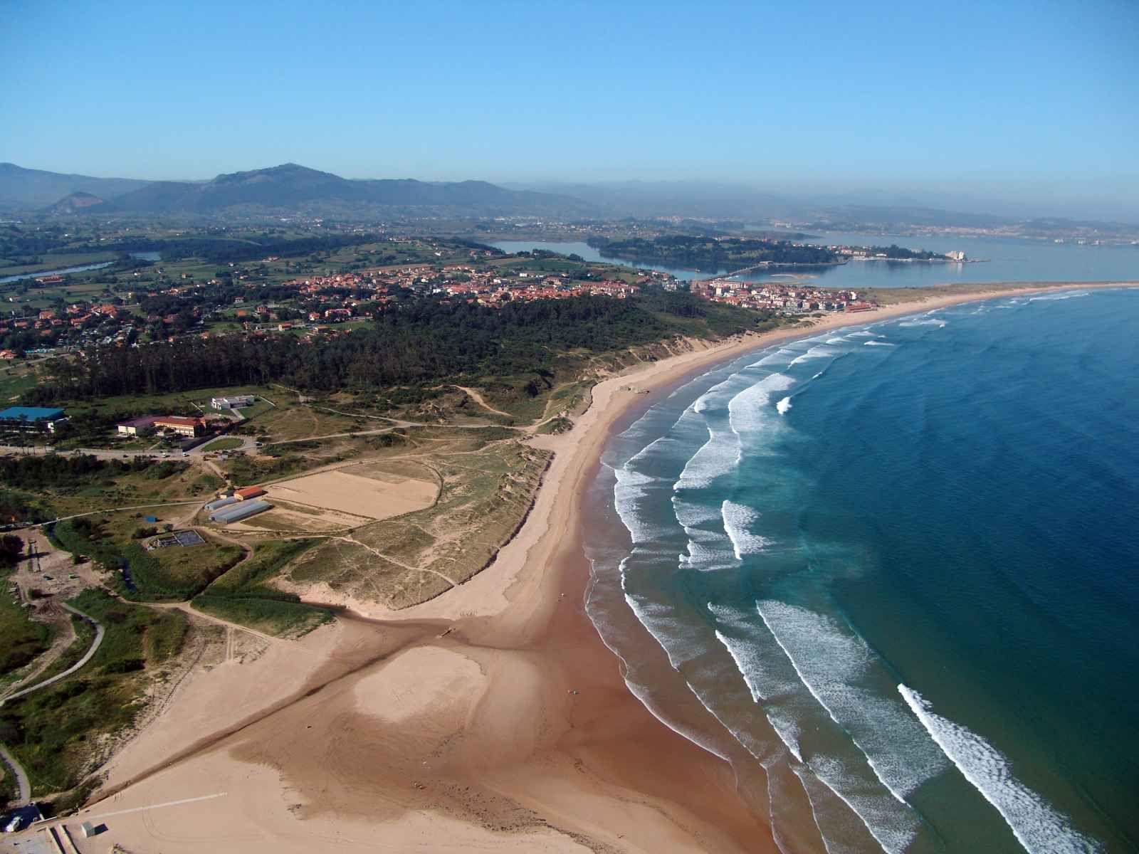 Playa Somo en Ribamontán del Mar. Más info: http://lamejorplaya.es ...