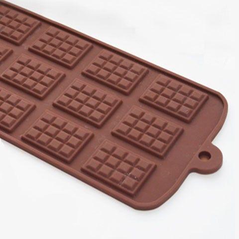 Lag dine egne sjokoladehjerter ved å smelte sjokolade og legge formen i kjøleskapet. Eller hva med å lage noe enda mer spennende med fyll?