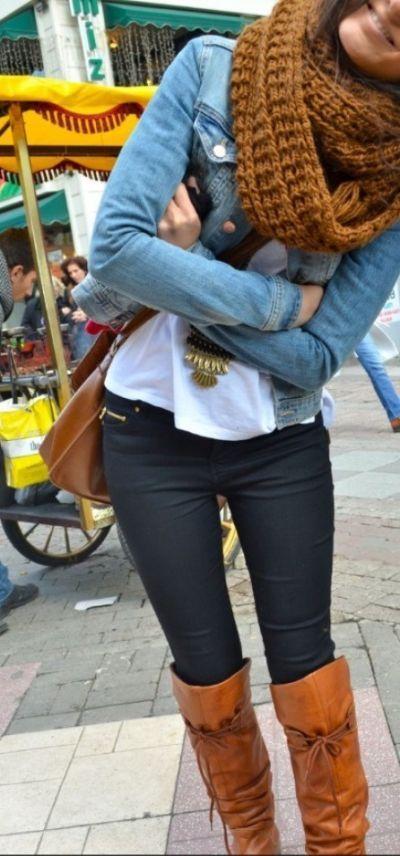 508fd0f83b Chaqueta de jean + jersey blanco + camiseta blanca + bufanda marrón +  pantalones negros + botas marrones