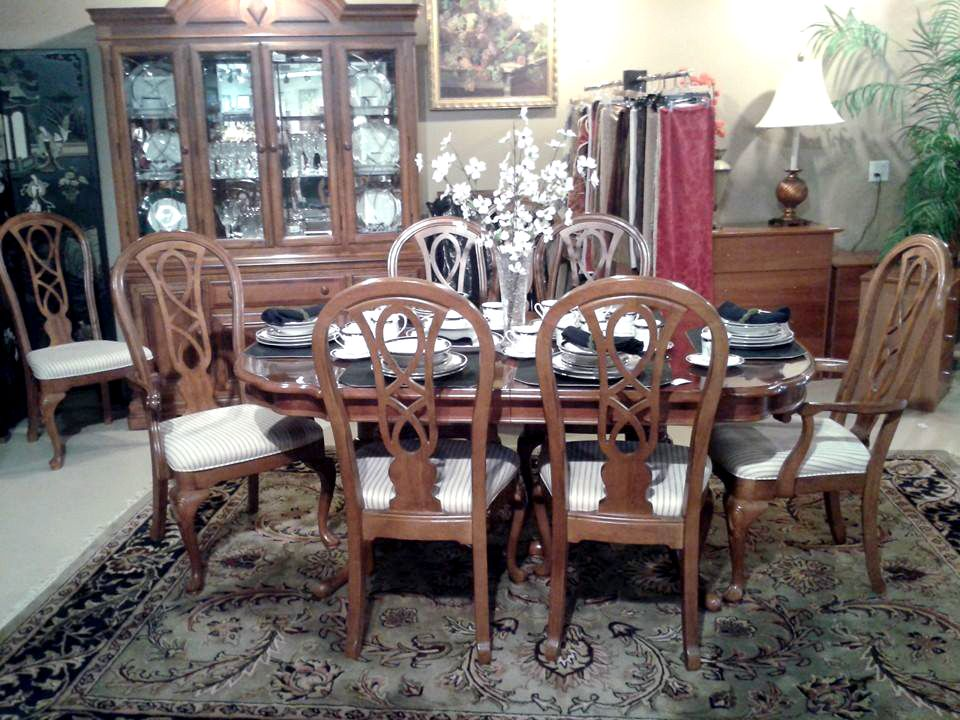 Lovely Gorgeous Alexander Julian Dining Room Set With 8 Chairs. The Table Has Two  Leaf Extensions