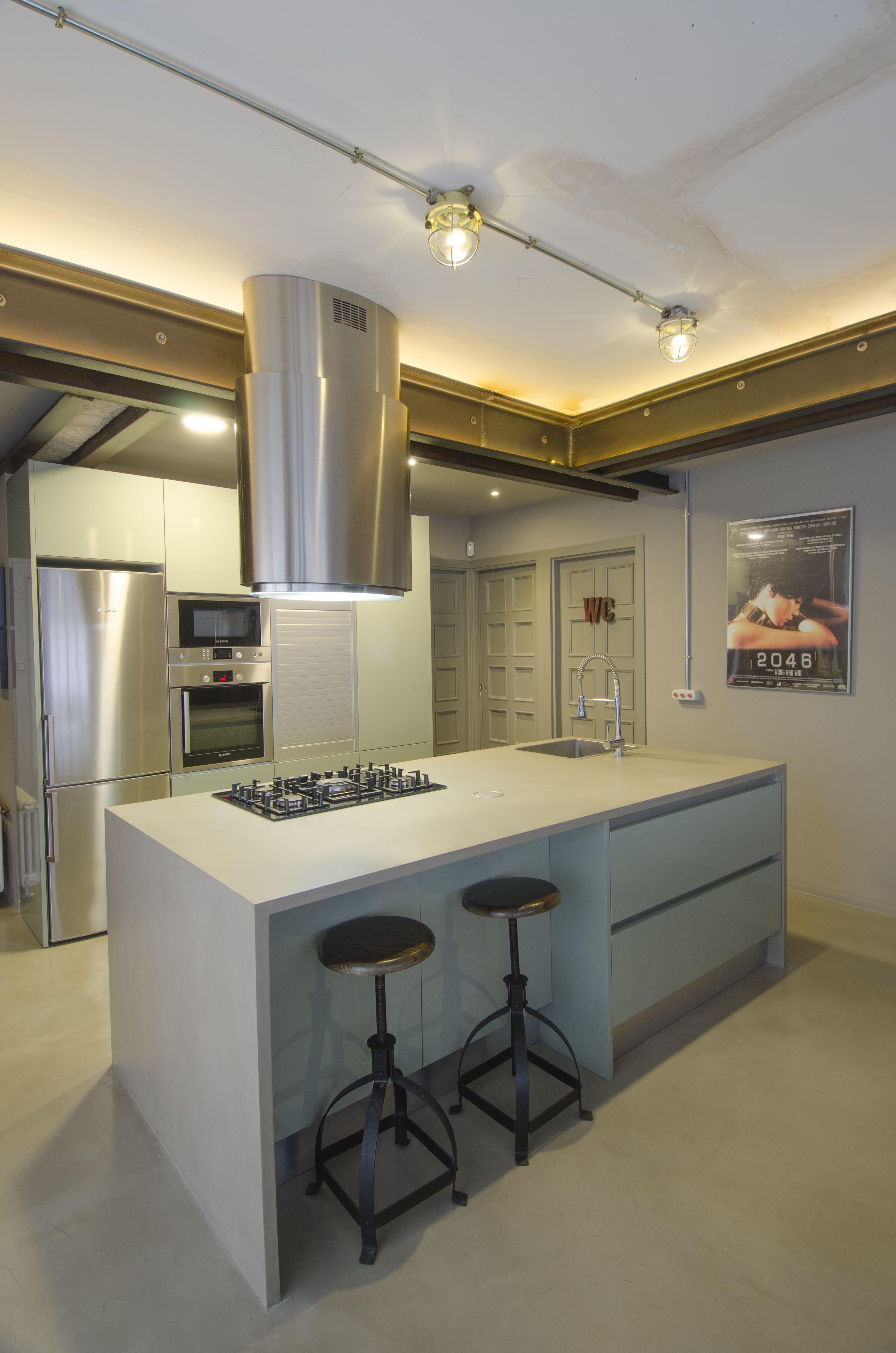 Cocina de estilo industrial con encimera y pavimento en for Microcemento imagenes