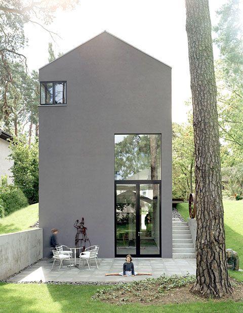 Ein haus in grau schlicht modern kolorat haus for Moderne fassade einfamilienhaus