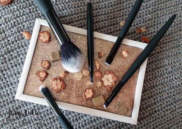 Jana Lukic • Beauty & Fashion: Avon četkice za šminkanje