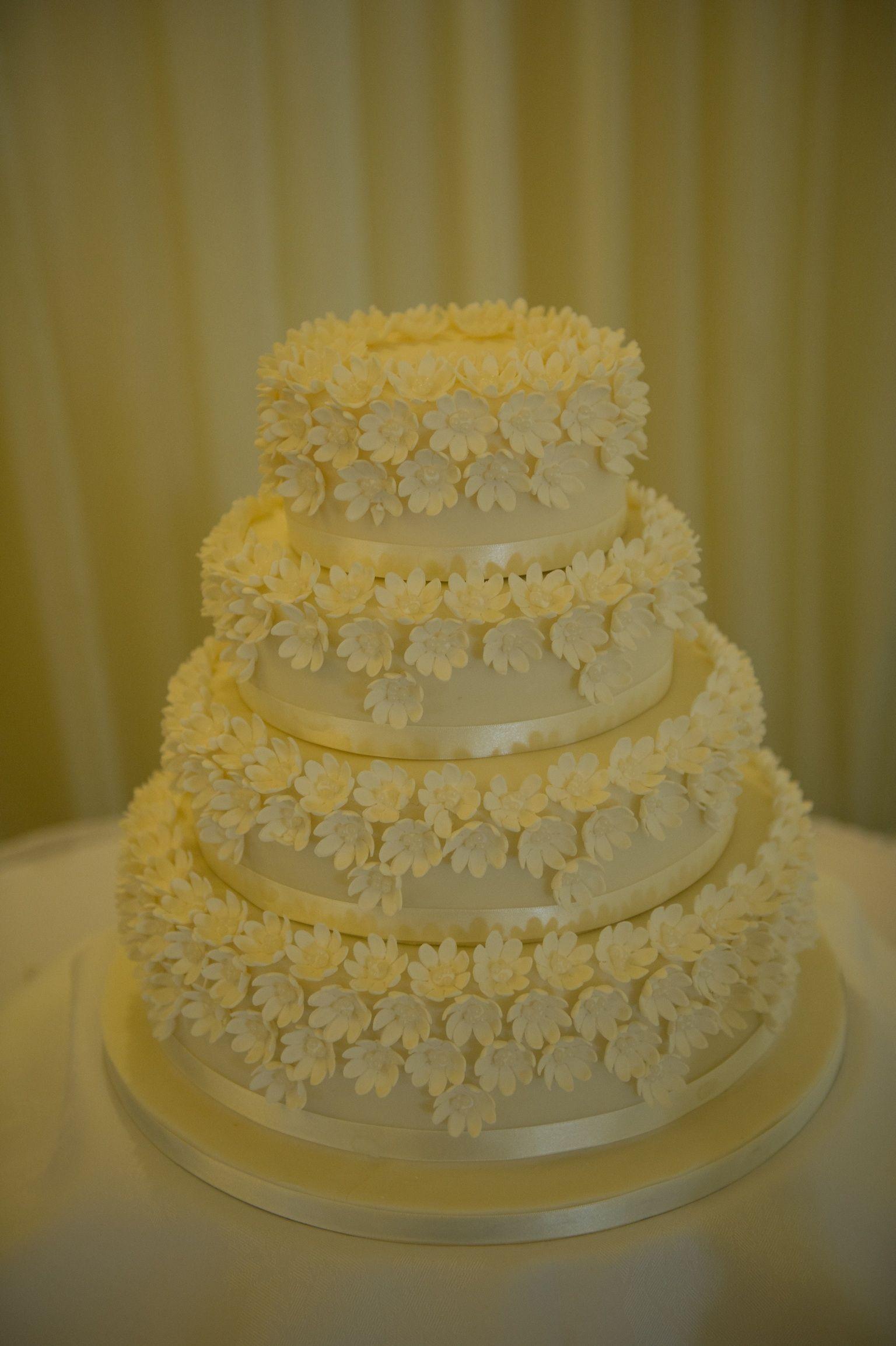 Daisy flower wedding cake