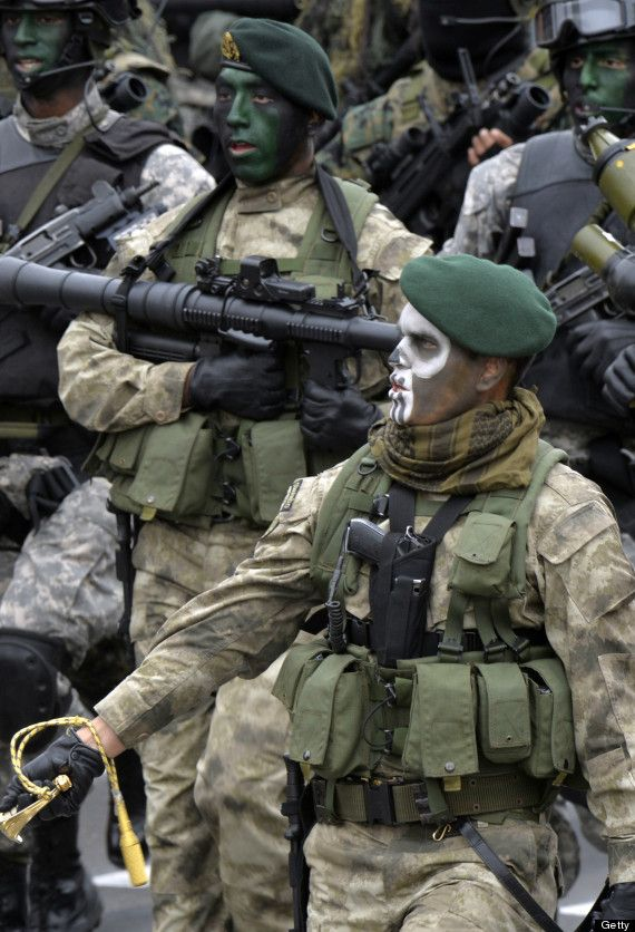 Peruvian Army Special Forces march during a traditional ... Army Special Forces Weapons