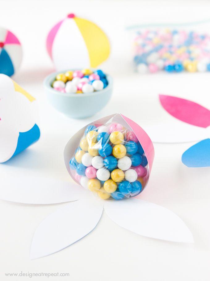Plantilla de balón de playa para meter golosinas o para decorar // Download this free Beach Ball template to make an easy DIY Party Favor! Fill with candy, tape shut, and you're done!