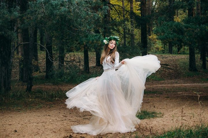 Long sleeve wedding dress for a fairytale wedding in woodland | fabmood.com #weddingcolor #weddinginspiration #styledshoot #woodlandwedding