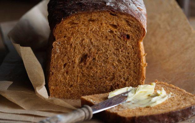 Tomaattivuokaleipä Tomaattivuokaleipä tuo mieleen Italian auringon. Leipä on hyvää myös paahdettuna, sillä se nostaa leivän aromin uudelleen esille. 1. Sulata kattilassa rasva ja sekoita joukkoon tomaattimurska ja vesi. Lämmitä seos kädenlämpöiseksi. Murenna nesteeseen hiiva. 2. Sekoita joukkoon suola, siirappi ja morttelissa murskatut fenkoli-siemenet. Vatkaa joukkoon huolellisesti ruisjauhot. Lisää taikinan aurinkokuivatut tomaatinpalat sekä osa vehnäjauhoista. Alusta …