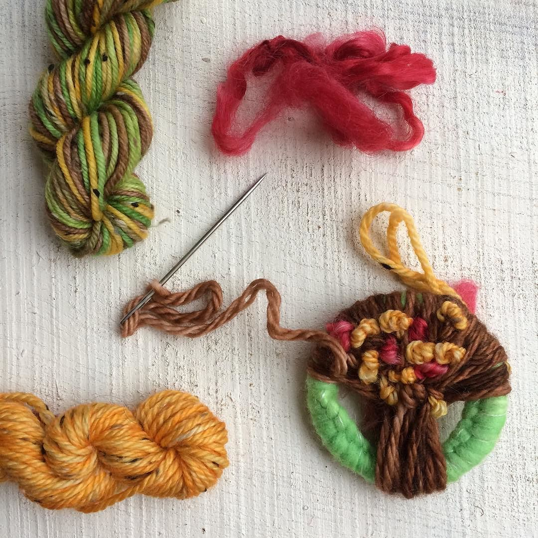 I've been working on this gorgeous Dorset button today after an amazing workshop with @bodkincreates last weekend at the retreat. Using the yarn left over from my Autumn weaver fever box this will be a perfect addition to my Autumn nature table next year.