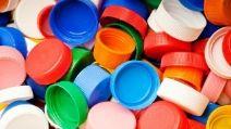 Non gettate i tappi di plastica: 11 modi creativi per riciclarli