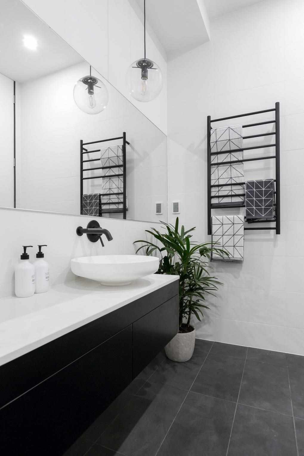 6 White Bathroom Ideas for a Peaceful Vibe - Houseminds #whitebathroompaint