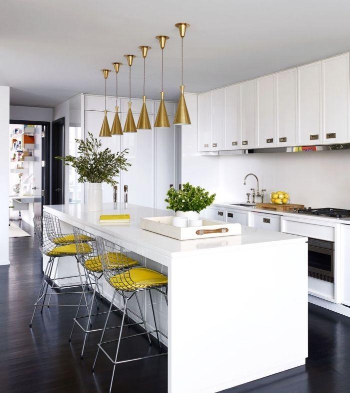 cuisine blanche avec objets en argent et or, déco de style moderne
