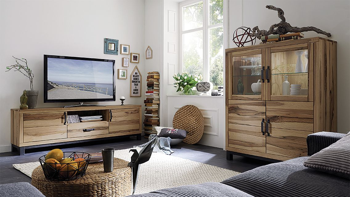 """Der besonders rustikale Charakter des Highboards """"Montresa"""" ist ein echter Blickfang. Die edel-markante Erscheinung in Kombination mit massivem Wildeichenholz verleiht Ihrem Wohn- oder Esszimmer eine natürliche Behaglichkeit."""