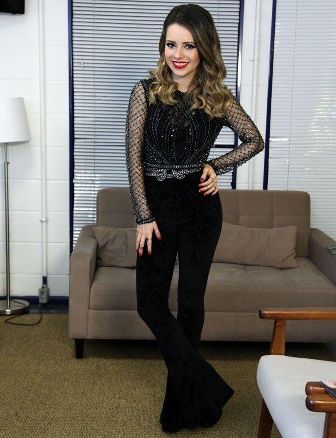 03d2c763ca Sandy aposta em look com calça de veludo e brilho (Foto  Isabella Pinheiro