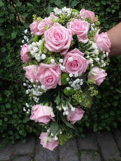 6d5232390aca brudbukett rosa rosor brudslöja - Sök på Google. Klassiskt elegant  brudbukett med vita ...