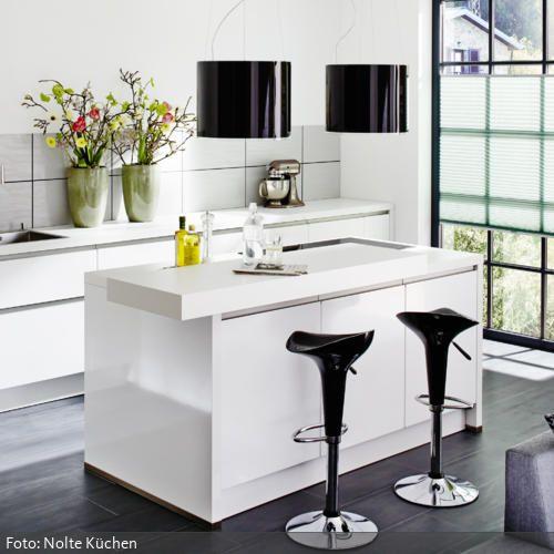 Moderner Küchentresen mit schwarzen Barhockern Kitchens