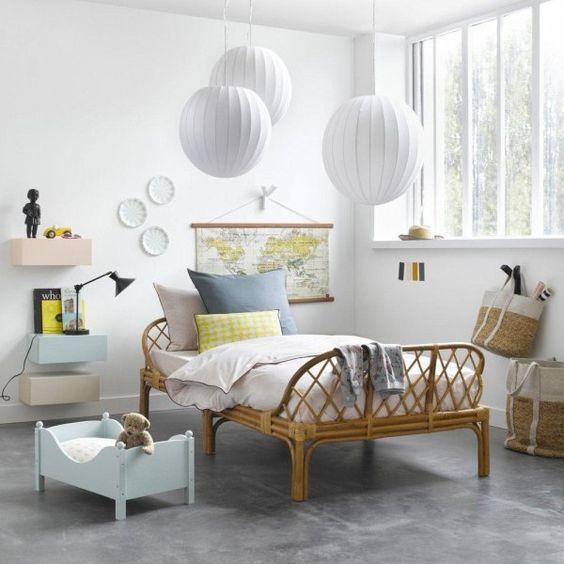 chambre enfant lit en rotin suspension boule blanche lit de b b poup e en bois bleu style chic. Black Bedroom Furniture Sets. Home Design Ideas