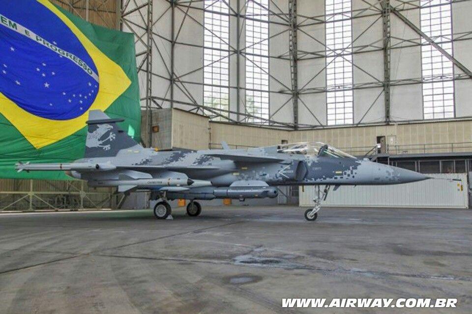 Avião (Airplane) Gripen. A Aeronáutica Brasileira é responsável pela defesa do país em operações eminentemente aéreas, e, no interno, pela garantia da lei, da ordem constitucionais.  Para ver mais fotos sobre esse mesmo assunto aperte/click no meu nome:@DeyvidBarbosa (DK) e procure a pasta Aeronáutica Brasileira. #AeronáuticaBrasileira #ForçasArmadasDoBrasil