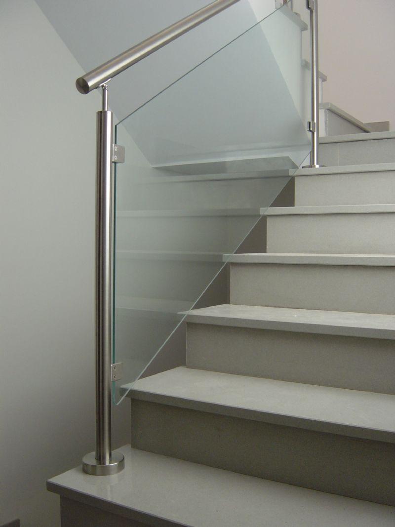 Barandilla de cristal con pasamanos en acero inoxidable - Escaleras de cristal y madera ...