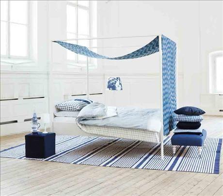 Himmelssäng Edland i massivt trä, 3295 kr, Ikea, är draperad i ett linne/bomullstyg Tashkent indigo...