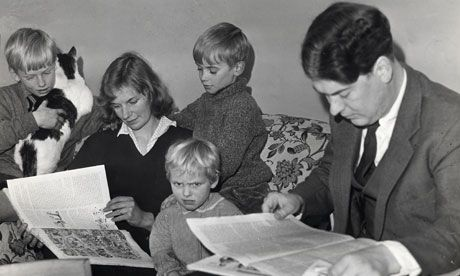 Martin Amis, not holding the cat, reads over his mother's shoulder. Kingsley Amis, far right, reads.