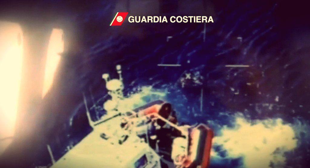 La Guardia Costiera ha realizzato delle immagini aeree che mostrano il momento dei soccorsi http://tuttacronaca.wordpress.com/2013/10/03/the-aerial-view-lampedusa-e-il-suo-dramma-visti-dallalto/