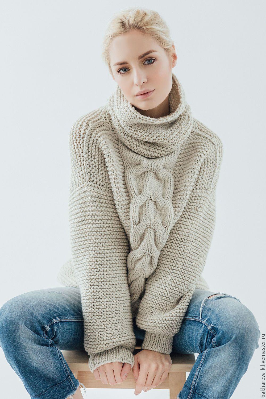 объемный свитер с косой бежевый однотонный вязаный свитер