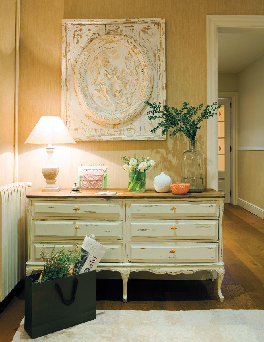 Beige: recibidor en tonos beige con cómoda de madera, cuadro ...