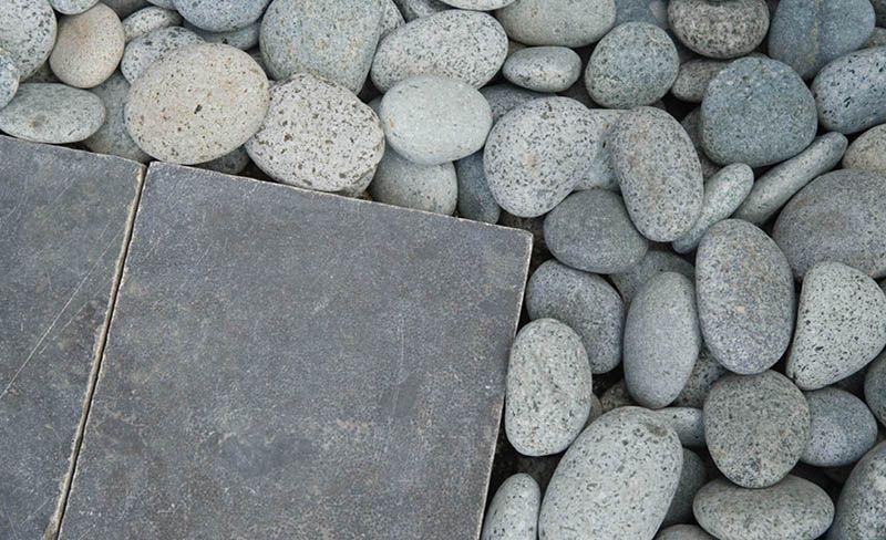 Met tegels en grind kun je een leuk tuinpad aanleggen.